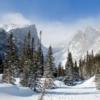 1. Estes Park, Colorado  Rocky Mountain Ulusal Parkı'nın doğu ucunda yer alan Estes Park, ülkenin kış kaçamakları için en çok ziyaret edllen noktalarından bir tanesi. Colorado'da bulunan bu kış cennetinde, ziyaretçilerin ilgisine bağlı olarak konaklama imkanları çok gelişmiş durumda. Tüm kış sporlarını güvenle yapabileceğiniz merkezlerin bulunduğu Estes Park içerisinde, aynı zamanda doğal yaşamı da yakından görme fırsatı bulacaksınız.