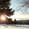4. Berkshires, Massachusetts  Çoğu çiftin özellikle Noel zamanı tercih ettiği Berkshires, karın üzerinde  en güzel durduğu yer şekillerine ve doğal bir örtüye sahip. Sayısız yürüyüş yolu üzerinde romantik bir gündüz geçirip, akşam onlarca metre uzunluğundaki süslenmiş Noel ağacının yanında, bir şöminenin sıcaklığında sıcak çikolatanızı içebilir; ve ya soğuk havayı ısıtan mangal partilerine katılabilirsiniz. Bölgede kış sporları için de elverişli parkurlar bulunuyor.