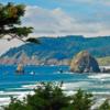 6. Cannon Beach, Oregon  Kış mevsiminde okyanus kenarına gitmek garip görünüyor olabilir. Ancak Organon'un kuzeyinde yer alan Cannon Beach, kışları görmek için en farklı deneyimlerden bir tanesi. Özellikle kar fırtınalarının sıkça yaşandığı Aralık - Şubat ayları boyunca, lüks bir otel odasındaki büyük camlardan doğanın çılgınlığı elinizde bir kadeh şarapla izleyebilir ya da jakuzide dinlenebilir; ardından fırtına dindiği sahil kenarında denizin getirdiği şaşırtıcı şeyleri bulabilirsiniz. Ayrıca bu dönemde kıyıya çok yakın yüzen gri balinaları görme şansını da yakalayabilirsiniz.