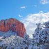 7. Sedona, Arizona  Kış tatili dendiğinde akla gelen ilk şeyin kar olması oldukça normal. Ancak Sedona, Arizona'da bunu bulmanız çok da kolay değil. Çöl tipi bir iklim ve bitki örtüsünün olduğu bölge, kışları muhteşem manzaraları ile sakin ve kalabalıktan uzak bir tatil arayanlar için çok iyi bir tercih. Tepelererin beyaz bir örtüyle kaplandığı kanyonları gezebilir, geceleri ise tertemiz bir gökyüzünde Amerika'da bulabileceğiniz en güzel yıldız şovlarına tanık olabilirsiniz. Ayrıca, gündüzleri balonla kanyon gezisine çıkmak da mümkün.