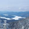 9. Lake Placid, New York  Daha önce 2 defa kış olimpiyatlarının düzenlendiği Lake Placid bölgesi, yalnızca göl manzaralı özel ahşap evlerin bulunduğu romantik bir kaçamak mekanı değil; aynı zamanda kış sporlarının en basitinden en korkutucusuna kadar hepsini deneyimleyebileceğiniz bir yer. Olimpik sporcuların kullandığı kurulumlar üzerinde kış sporlarına dair her şeyi bulmak mümkün.
