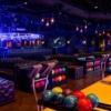 Brooklyn Bowl Bowling Lanes  Ücret: Pazardan perşembeye kadar $20 (+$5 ayakkabı ücreti)  Alışveriş merkezlerindeki sıkıcı bowling salonlarından sonra burası size gerçek bir yetişkin eğlencesi sunacak. Size alkollü kokteyllerinizi getirmek için atışınızın bitmesini bekleyen servis elemanları, büyük ve rahat deri koltuklar, tam arkanızda bulunan bir restoran ve geceleri konser alanına dönüşen bir platform...