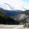 Yaklaşık 60 mil uzunluğunda olan bu yolda Rocky Mountain'ın muhteşem manzaraları içerisinde ilerleyeceksiniz. Yol boyu Monet tabloları güzelliğinde olan buzul vadiler, büyüleyici ormanlar ve tepelerde alpin çayırları size eşlik edecek.  Bu güzergâhta geyiklere sık rastlandığından dolayı çok hız yapmamanız tavsiye edilir.