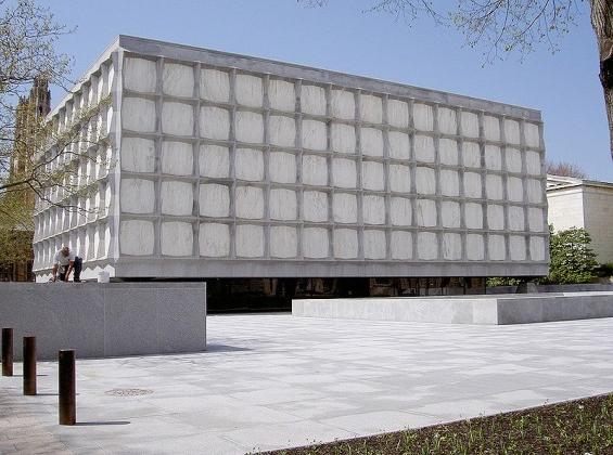 Kitapları korumak için penceresiz dizayn edilen bu kütüphanenin mermer duvarları ile benzersiz bir görüntüsü vardır. Ortaçağ el yazmaları, papirüsler gibi benzersiz eserler barındırır.