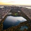 1.1850 yılında yapımına başlanan bu park, ABD'nin peyzaj ve düzenleme çalışmalarıyla kurulan ilk parkıdır. 1853 yılında açılışı yapılmış olsa da çalışmalar, 15 yıl boyunca devam etmiştir. Kuruluş hedefleri arasında bulunan Avrupa'daki benzerlerine ulaşma ve New York zenginlerini kapalı salonlardan kurtarıp açık hava aktiviteleri yapabilecekleri bir alana kavuşturma hayali, zamanla kendini aşmış ve günümüzde her yıl 25 milyon kişi tarafından ziyaret edilen dünyaca ünlü bu parkı New York'a kazandırmıştır. Central Park toplam 800 metre eninde 4 km uzunluğunda bir alan üzerine kuruludur. 120 farklı bitki, 26 binden fazla ağaç ve 130 hayvan türüne ev sahipliği yapmaktadır. İçerisinde 21 oyun alanı, 51 heykel, 36 köprü ve kemer bulunmaktadır. Ayrıca bu parkı ziyaret edenlerin güzel vakit geçirebilmeleri için düzenlenmiş üç büyük göl, oldukça büyük bir hayvanat bahçesi, spor alanları, yürüyüş parkuru, konser alanları ve kış aylarında hizmet veren buz pateni pistleri de parkın sınırları içinde yer almaktadır. İşte Central Park'ta yapabilecekleriniz!  (http://www.usasabah.com/GeziMekan/2012/11/22/adim-adim-central-park-rehberi Esra Yerebakan)