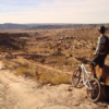 Bisiklet tutkunları Moab, Utah'ın dünyanın en iyi rotalarından bir kaçına ev sahipliğini yaptığını bilir. Mart ayı civarında gelen çölleşmiş ve kardan arınmış rotalar üzerinde özgürlüğün ve iki tekerin tadı çıkarılır. Her bahar düzenlenen festival kapsamındaysa dağ bisikleti konusunda verilen ücretsiz demo dersler, rehberli özel turlar mutlaka yapılması gereken aktivitelerden. Detaylı bilgi için: http://poisonspiderbicycles.com/