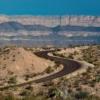 """Özellikle Enduro sürücüleri bu 17 millik engenebeli yolu çok sevecektir. Candelaria ve Presidio arasındaki bölgede, Texas'ta yer alan yol, aynı zamanda """"River Road"""" olarak da biliniyor. Bunun sebebiyse Rio Grande'yi takip ediyor oluşu.  Bunun dışında lavlardan oluşan çok eski doğal yapılar ve Big Bend Ranch State Park da yol üzerinde görülebilecek yerlerden."""