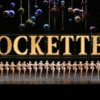 """Radio City Music Hall'de oynanacak olan """"gösteri"""", bu ismi kesinlikle hak ediyor. Dans, müzik ve tiyatronun bir arada bulunduğu etkinlik içinse fiyatlar $36 - $505 arasında değişiyor. Eğer bale size yeterince hareketli gelmiyorsa; ancak müzikaller de 'fazla sanatsal' kaçıyorsa, Christmas Spectacular Starring the Radio City Rockettes gitmeniz gereken etkinlik. Yine bu etkinlik de 31 Aralık'a kadar sahnelenmeye devam ediyor. Web-sitesi: https://www.rockettes.com"""