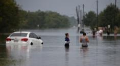 """ABD'nin Teksas eyaletinde bulunan Woodlands'de, Harvey Kasırgası'nın yol açtığı seller sebebiyle Texas State Highway 242 ve bazı diğer otobanlar ile yaşam alanları sular altında kaldı. Teksas Valisi Greg Abbott, Teksas'taki 254 yönetim bölgesinden 50'sini felaket bölgesi ilan ettiğini açıklamıştı. Harvey, Teksas'ı 1961'den bu yana vuran """"dördüncü kategori""""deki ilk kasırga olurken ABD'de en büyük zarara yol açan Katrina 2005'te 'üçüncü kategori' ile etkili olmuştu."""