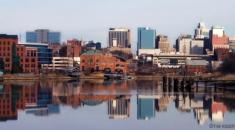 DELAWARE  Delaware, hiçbir satış vergisine ek olarak, nispeten düşük gelir vergisi oranları (% 2.2 -% 6.6) sahip. Eyalette araç vergisi yok ve ABD'deki en düşük gayrimenkul vergi oranlarından biridir. Peki, Delaware'in geliri nereden geliyor? Az oranda gelir vergisi gelirine ek olarak, Delaware'in diğer önemli gelir kaynağı kurumsal franchise vergileridir. Aslında iş yapma dostu Delaware, eyalet için önemli bir gelir üreticisi olan Fortune 500 şirketlerinin çoğunun yasal evidir.