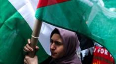 """Filistin bayrakları ile meydanda toplanan göstericiler, """"Gazze'deki ablukaya son"""", Filistin'e özgürlük"""", """"Ayrılıkçı İsrail'e 38 Milyar ABD yardımına son"""" sloganlı pankartlar taşıdı."""