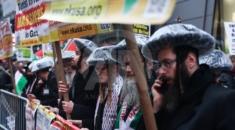"""Gösteriye destek veren Hasidik Yahudiler de """"İsrail karşıtı olmak, Yahudi düşmanlığı demek değildir"""", """"İsrail devleti  dünyadaki Yahudileri temsil etmez"""", """"Dünyadaki Yahudiler İsrail'in zalimliğini kınıyor"""" yazılı pankartları taşıdı."""