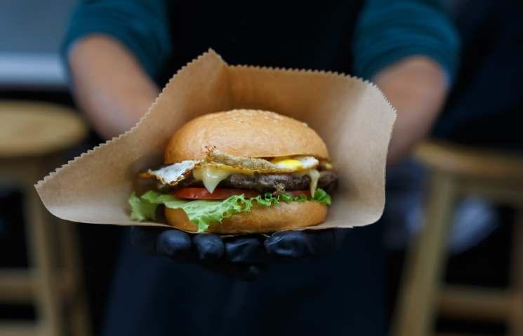 street-fast-food-hamburger-with-bbq-grilled-steak-PMXT95K (1)
